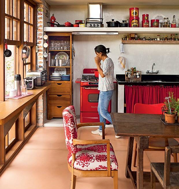 Na cozinha de Paula Gomes há apenas um armário improvisado feito com as sobras de madeira da obra orquestrada pela arquiteta Kita Flórido. O resto são prateleiras, onde t (Foto: Edu Castello/Casa e Jardim)