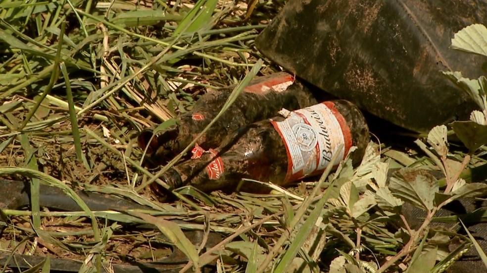 Garrafas de cerveja foram encontradas ao lado do carro após capotagem em Franca (Foto: Paulo Souza/EPTV)