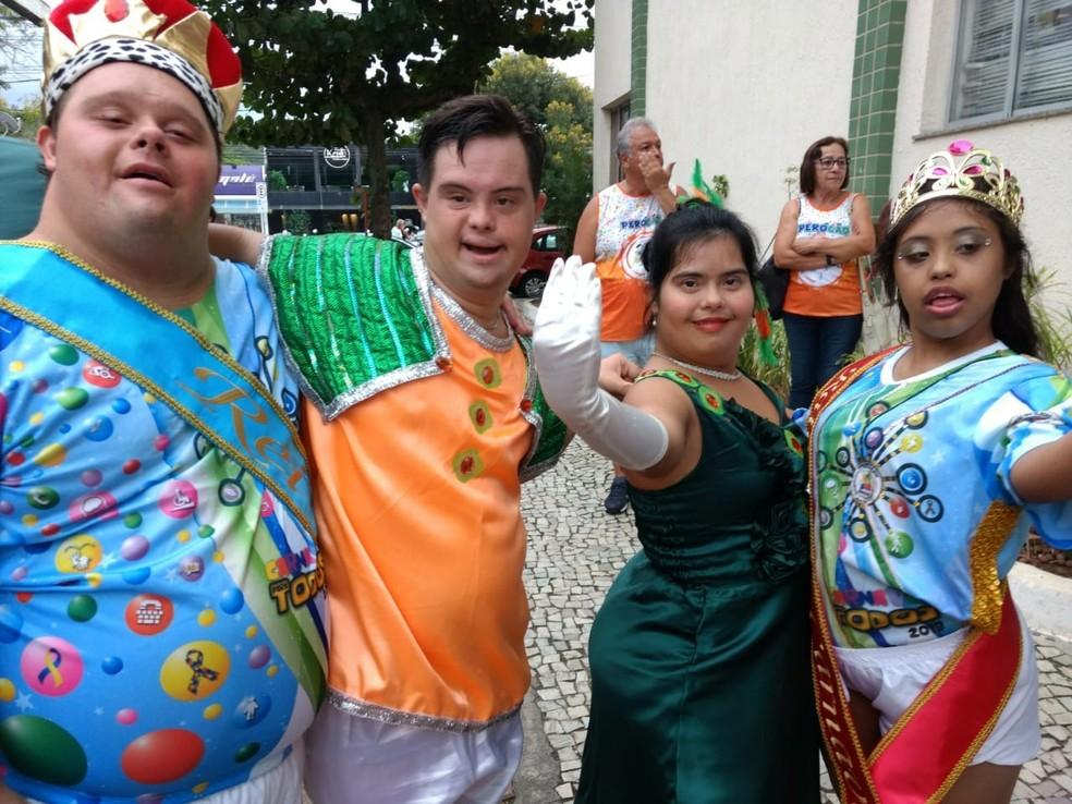 """Foliões com síndrome de Down, entre eles o Rei momo e Rainha (primeiros da foto, à direita e à esquerda), comemoram assinatura do projeto """"Carnaval Para Todos"""" em Cabo Frio — Foto: Projeto Carnaval Para Todos/Divulgação"""