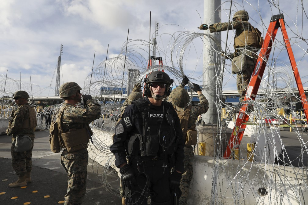 Soldados americanos reforçam proteção e montam guarda em San Ysidro, no lado americano da fronteira com o México — Foto: Rodrigo Abd/AP Photo