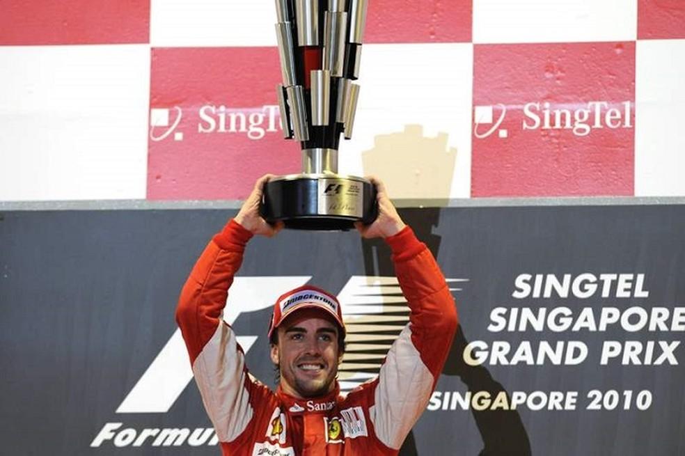 Alonso comemora a vitória no GP de Singapura de 2010 — Foto: ferrari
