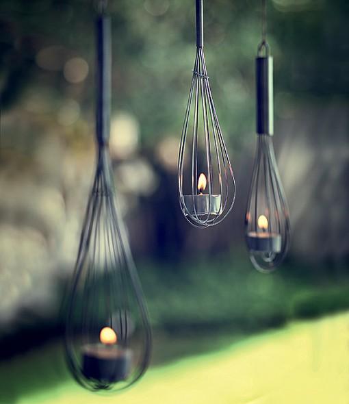 Com uma velinha de réchaud, o batedor de arame cria uma iluminação toda especial – e sem eletricidade