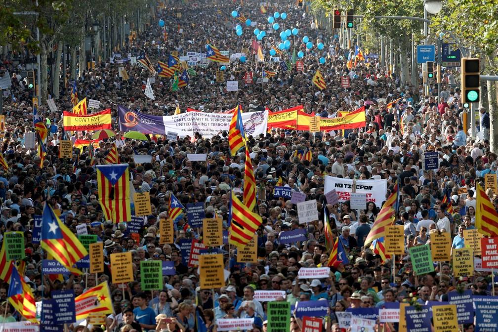 Manifestação no centro de Barcelona reúne milhares de pessoas que pedem paz em cartazes com as mensagens