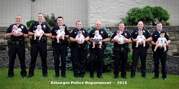 Policiais posam com seus bebês, todos nascidos nos últimos 11 meses (Foto: Reprodução/Facebook)