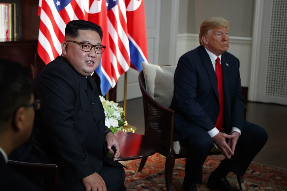 Kim Jong-un e Donald Trump aguardam início do encontro em Singapura (Foto: AP/Evan Vucci)
