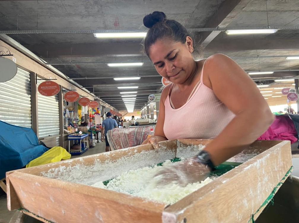 CALHA NORTE - A agricultora Nilza Cavalcante dos Santos, de 35 anos, na Feira Municipal de Tefé.  — Foto: Mayara Subtil/Rede Amazônica