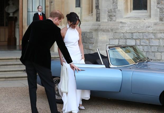 Meghan Markle e o príncipe Harry entram em carro após o casamento. Modelo da Jaguar de 1969 recebeu motor elétricoe  terá novas unidades vendidas para o público (Foto: Steve Parsons - WPA Pool/Getty Images)