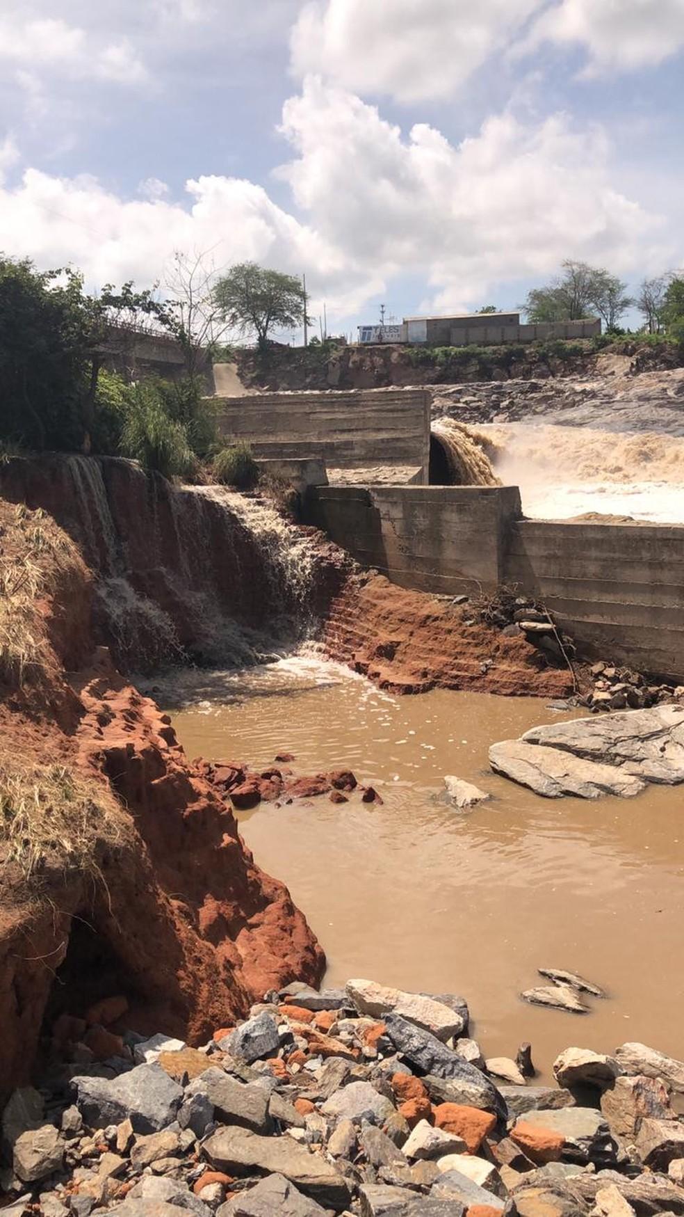 Barragem em Águas Belas, PE, apresenta fissuras e rachaduras — Foto: Defesa Civil