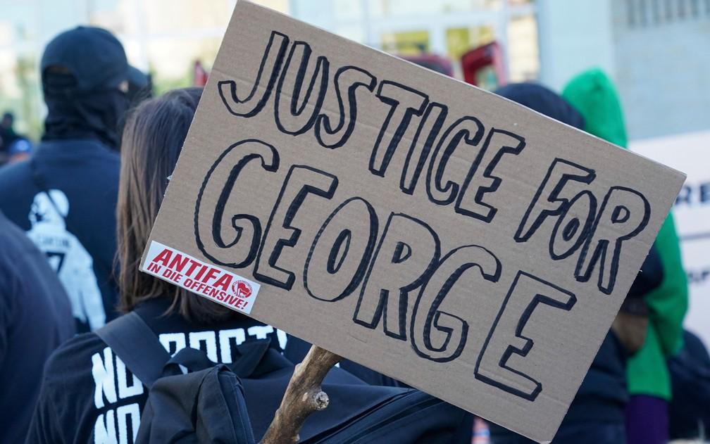 Manifestantes protestam na Alemanha contra morte de George Floyd — Foto: Peter Endig/dpa via AP