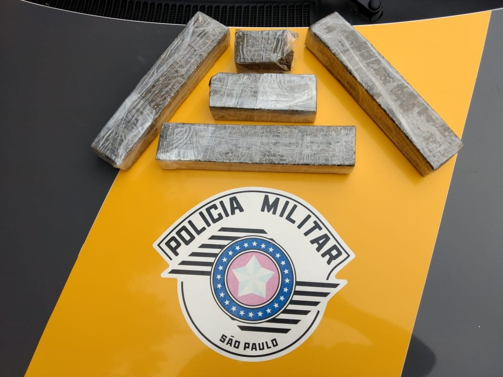 66052cf4b ... Polícia encontrou tabletes de maconha em mochila de motociclista  abordado em Taquarivaí (SP) —