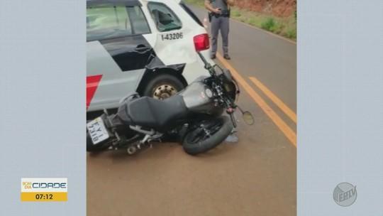 Motociclista bate em viatura da PM que fazia manobra em estrada de Jaboticabal, SP