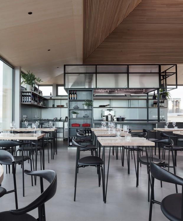 O restaurante possui traços modernos e minimalistas na decoração (Foto: Tom Nolan e Susie Lowe./ Reprodução)