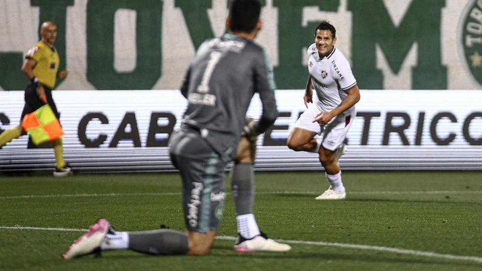 Bobadilla foi o melhor em campo e fez sombra para Fred — Foto: Lucas Merçon / Fluminense FC