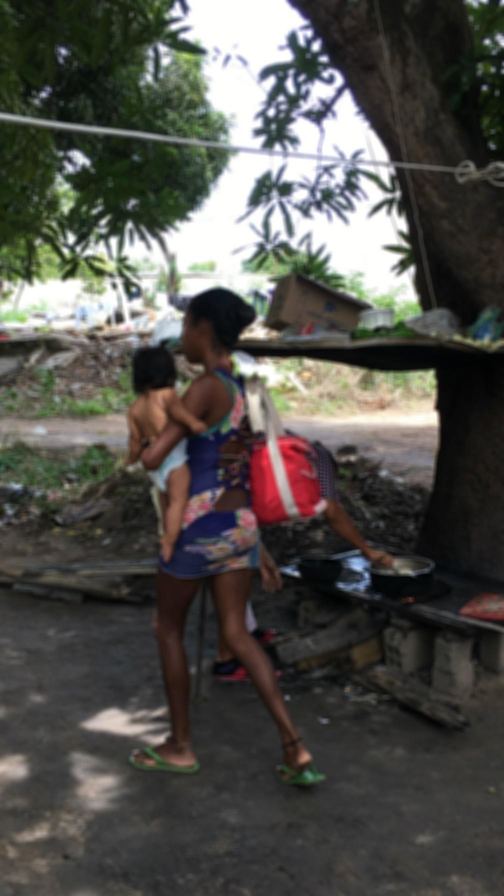 Mãe de 25 anos relatou ter recebido proposta de R$ 6 mil para entregar bebê de seis meses — Foto: Emily Costa/G1 RR