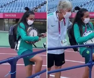Nas Olimpíadas, Marta aparece tocando cavaquinho ao lado de treinadora da seleção