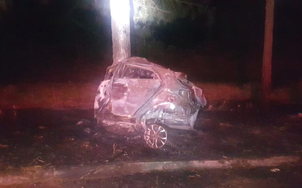 Carro ficou completamente destruído — Foto: Divulgação/PRF