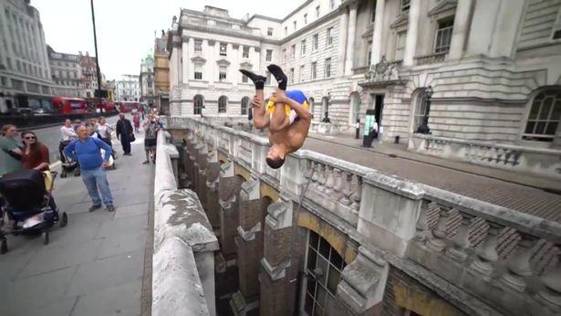Greg Ennis salta sobre vão que separa duas calçadas em Londres
