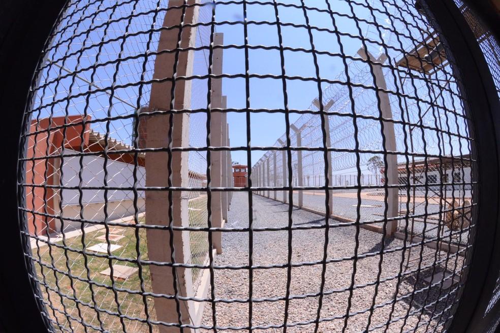 Grades de segurança em área externa da penitenciária federal de Brasília (Foto: Isaac Amorim/MJ )