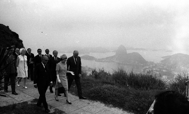 Elizabeth II visita terreno do Consulado Britânico onde seria erguida uma creche no Dona Marta