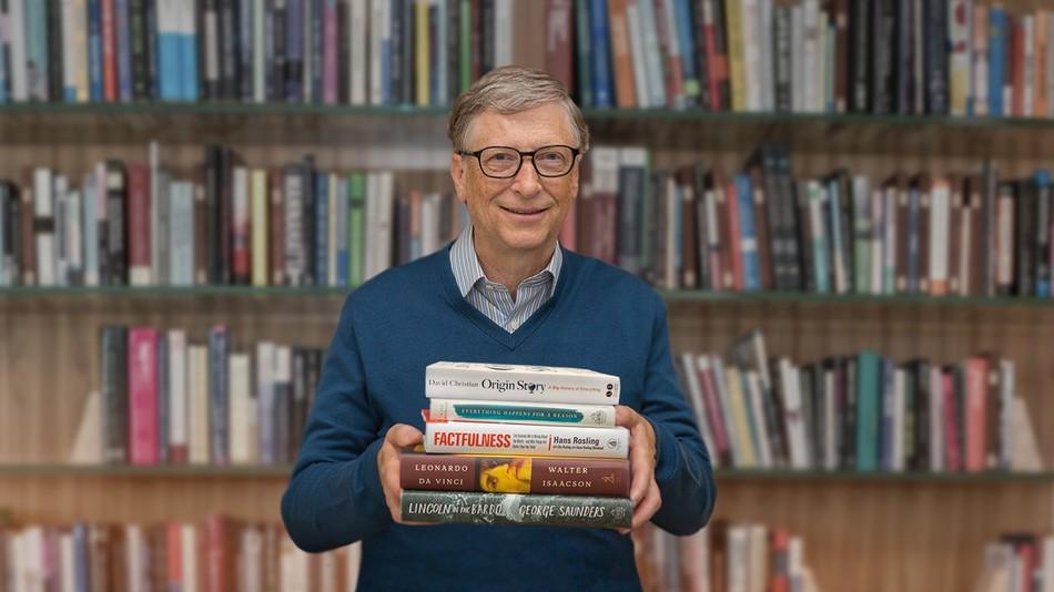 Bill Gates e suas indicações de livros deste ano (Foto: Reprodução/YouTube)