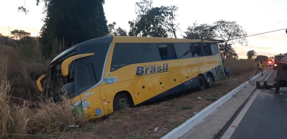 Ônibus capotou na madrugada desta quinta-feira (5) na BR-070, região de General Carneiro (MT) e três passageiros morreram; 13 ficaram feridos — Foto: Divulgação
