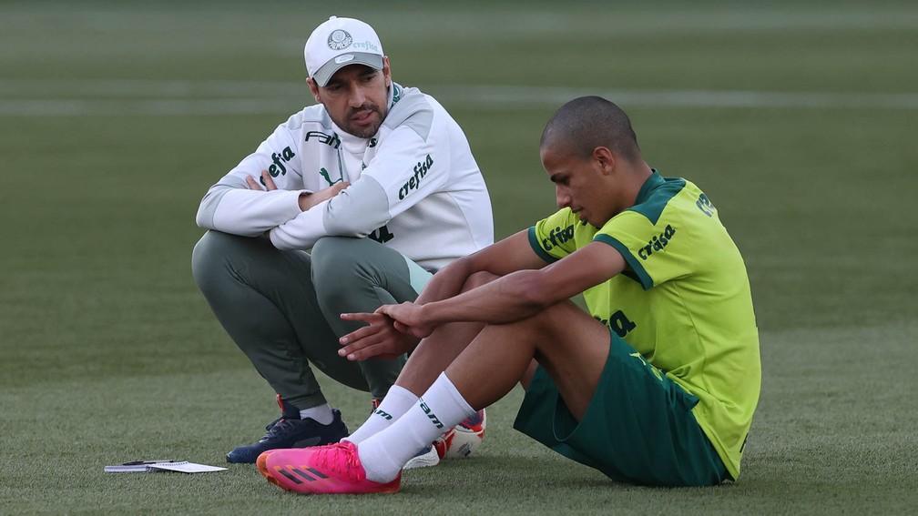 Abel Ferreira conversa com Giovani na Academia do Palmeiras — Foto: Cesar Greco / Ag. Palmeiras
