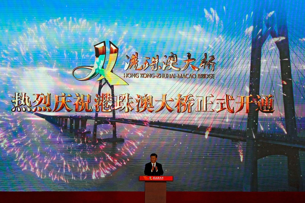 Presidente chinês, Xi Jinping, inaugurou nesta terça-feira (23) a maior ponte marítima do mundo, que liga a cidade de Zhuhai a Macau e Hong Kong  — Foto: Andy Wong/AP
