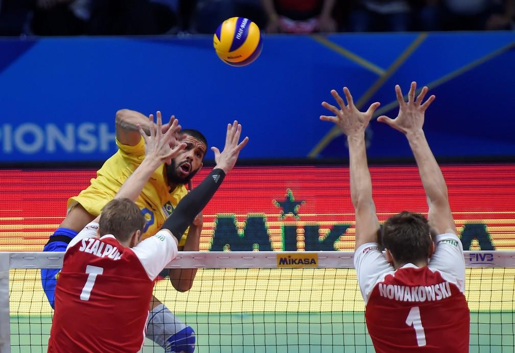 Wallace encara o bloqueio polonês — Foto: Reuters