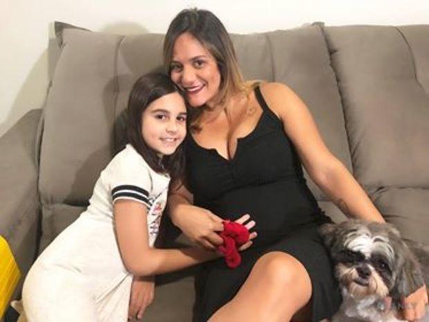 Tatiana posa ao lado da filha Luiza, de 9 anos (Foto: Arquivo pessoal)