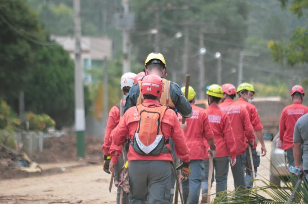 Bombeiros trabalham nesta segunda-feira (21) na procura por vítimas da enxurrada em Presidente Getúlio — Foto: Maurício Cattani/NSC TV