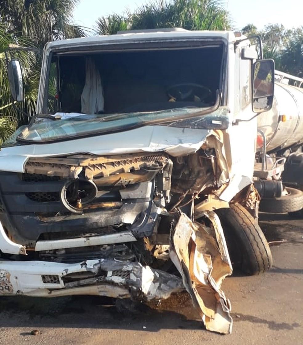 Caminhão leiteiro e caminhonete colidiram de frente no trecho da rodovia.  — Foto: WhatsApp/Reprodução
