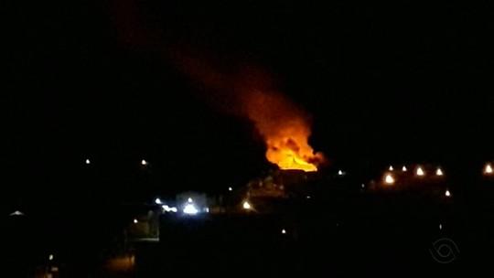 Incêndio destrói duas casas no bairro Monte Carmelo em Caxias do Sul
