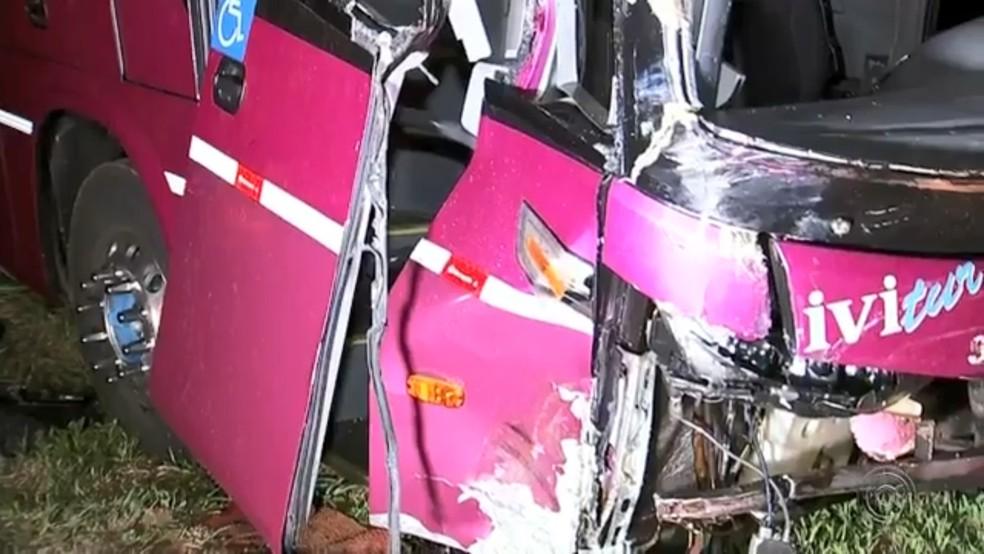 Ônibus ficou com a frente destruída no acidente em Olímpia — Foto: Reprodução/TV TEM