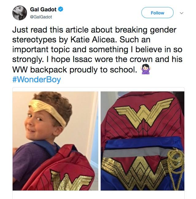 O post da atriz Gal Gadot apoiando o garotinho com a mochila e a coroa da Mulher-Maravilha (Foto: Twitter)