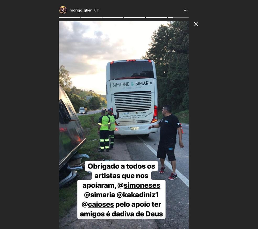 Ônibus de Simone e Simaria ajuda dupla George Henrique e Rodrigo após acidente (Foto: Reprodução/Instagram)