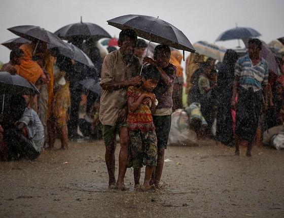 Refugiados enfrentam uma tempestade enquanto esperam ser liberados pela guarda de fronteira (Foto: FOTÓGRAFOS/REUTERS)