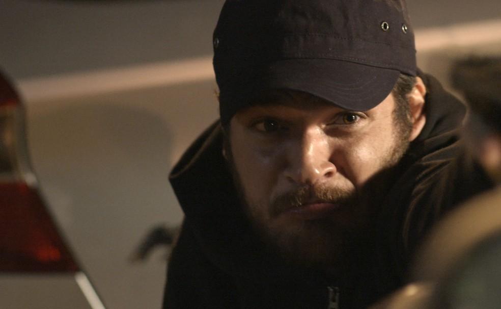 Em 'A Força do Querer', Rubinho (Emilio Dantas) é reconhecido pela polícia ao sair da casa de Aurora (Elizangela) — Foto: TV Globo