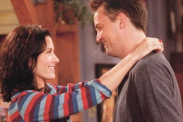 O ator Matthew Perry e a atriz Courteney Cox em cena de Friends (Foto: Reprodução)