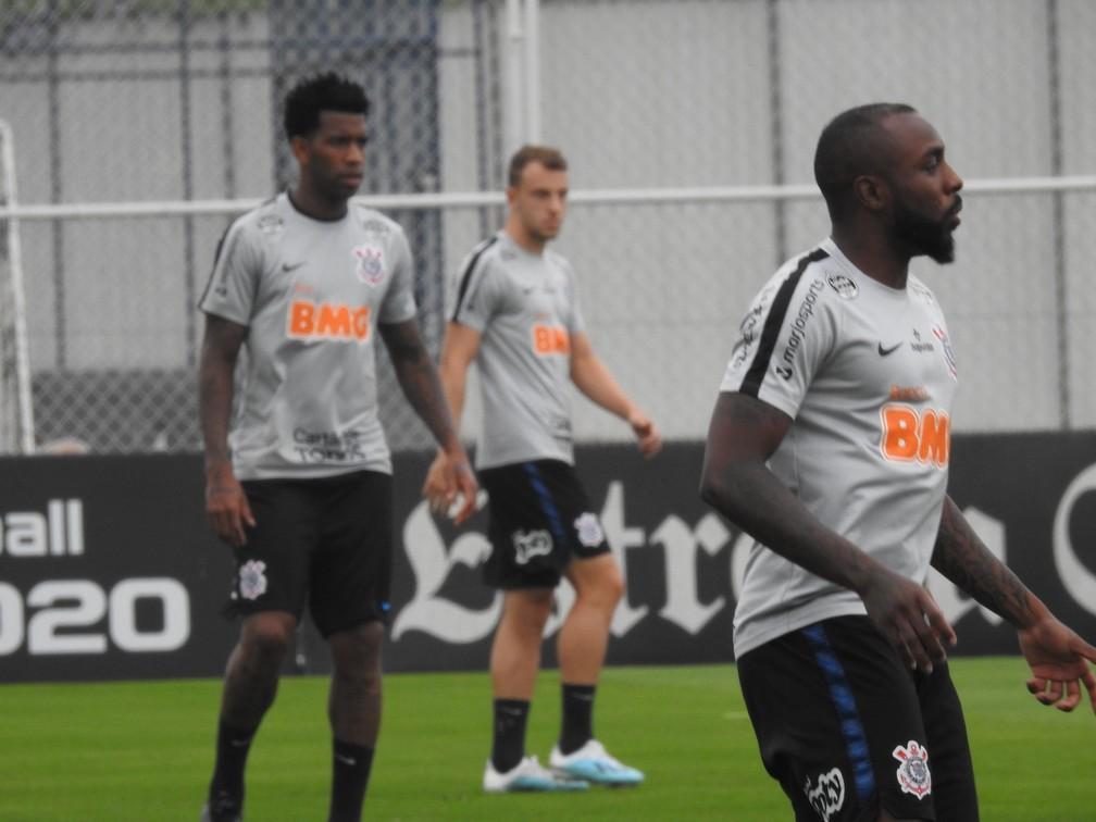 Gil, Manoel e Carlos no treino do Corinthians — Foto: Marcelo Braga