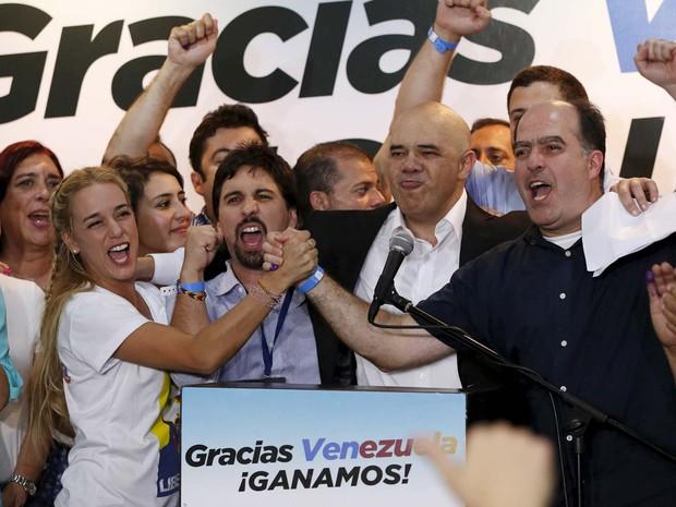 Lilian Tintori, mulher de líder de oposição preso Leopoldo López, comemora vitória ao lado de candidatos da oposição na eleição da Venezuela (Foto: REUTERS/Carlos Garcia Rawlins)