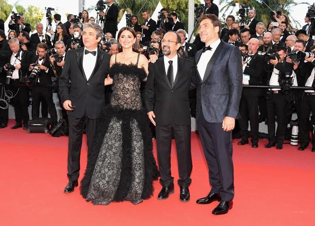 Ricardo Darin, Penelope Cruz, o diretor Asghar Farhadi e Javier Bardem na projeção de Todos Lo Saben na abertura do Festival de Cannes (Foto: Getty Images)