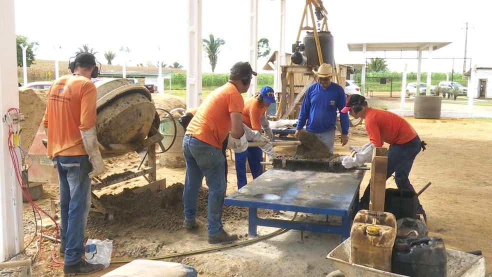 Por dia são confeccionados cerca de dois mil bloquetes de concreto — Foto: Rede Amazônica/Reprodução