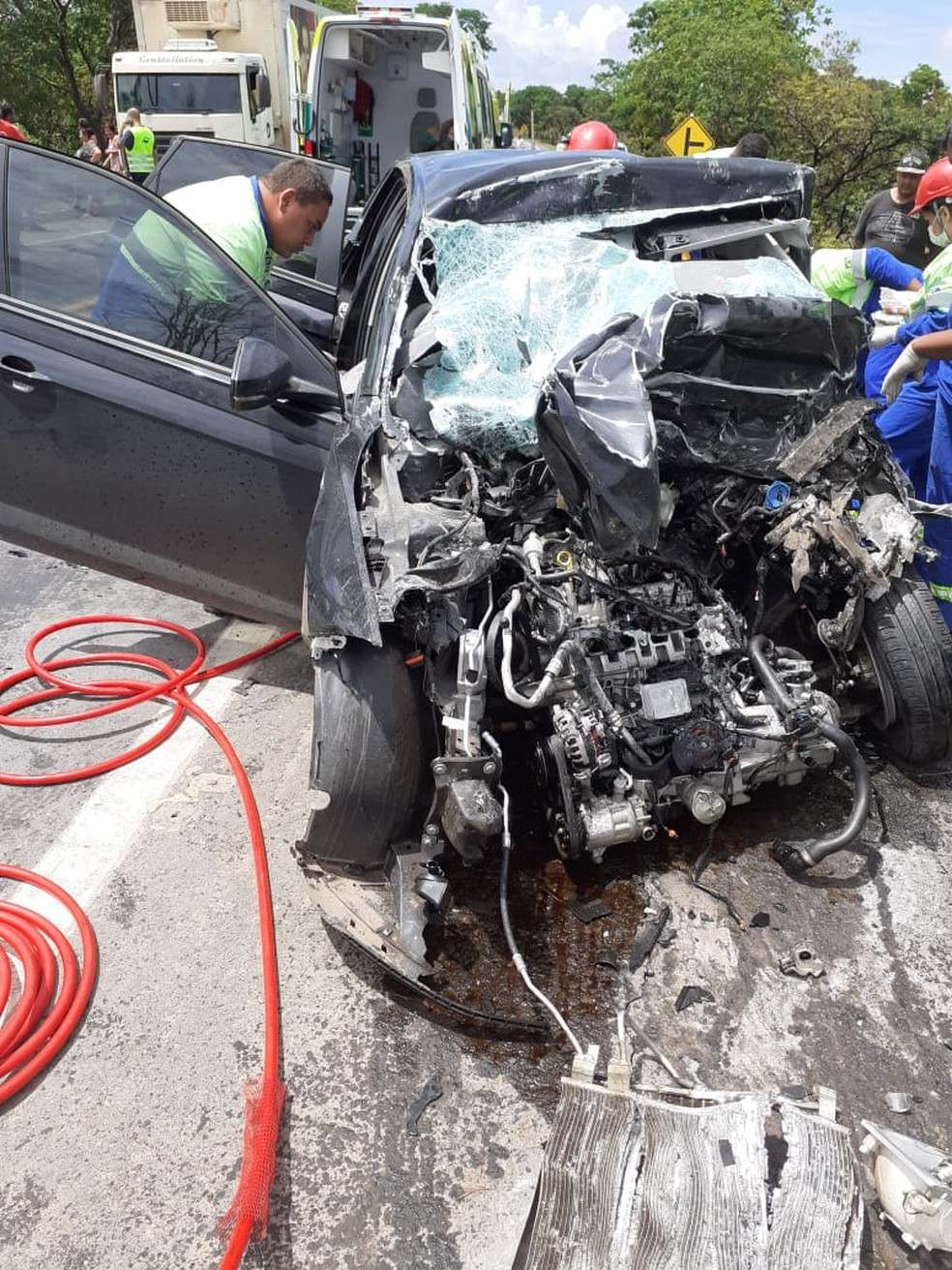 Carro teve a frente destruída após a batida — Foto: Polícia Militar / Divulgação