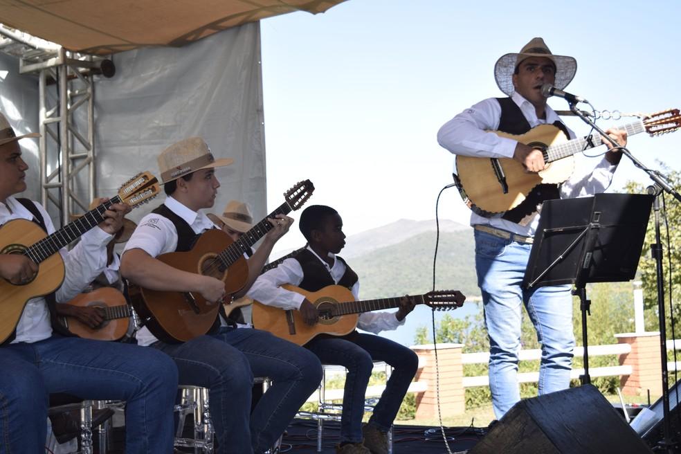 Artistas locais e regionais mostraram aos participantes do seminário de turismo a arte mineira; Orquestra de Violas de Cássia foi uma das atrações no evento em Capitólio (MG) — Foto: Divulgação