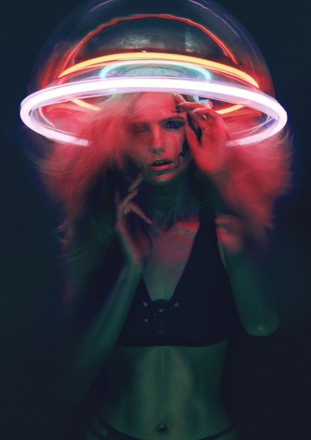 Biquíni, Charli Cohen; headpiece de plástico e neon, Piers Atkinson. (Foto: BOY/GIRL)