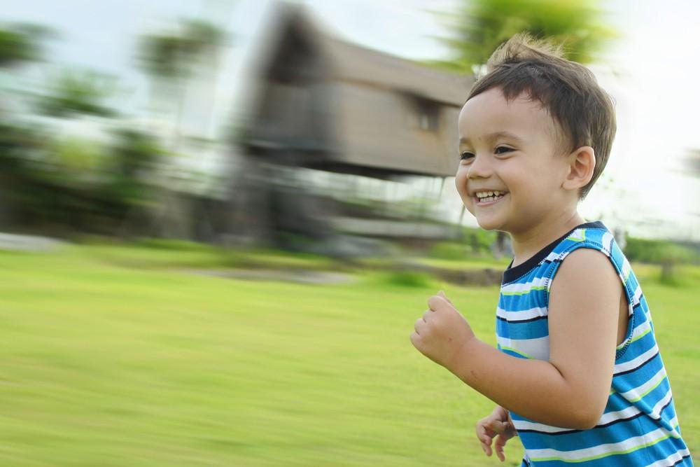 menino; correndo; parque (Foto: Shutterstock)
