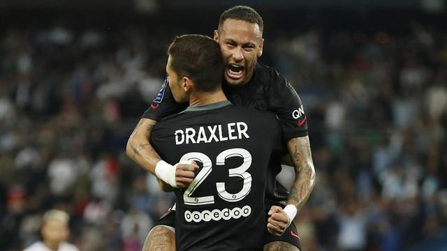 Neymar comemora com Draxler após dar assistência para o gol do alemão na vitória do PSG contra o Montpellier
