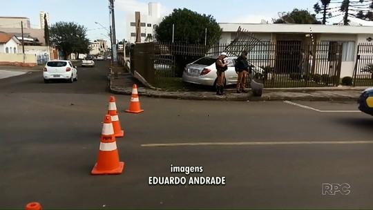 Carro invade grade de casa depois de batida, em rua de Guarapuava