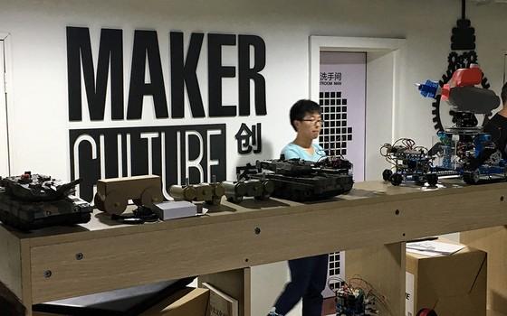 """Jovem desenvolvedor exibe suas criações em uma estação de """"makers"""", espaço de Shenzhen ocupado por engenheiros atrás de investidores para suas ideias (Foto: VIVIAN OSWALD)"""