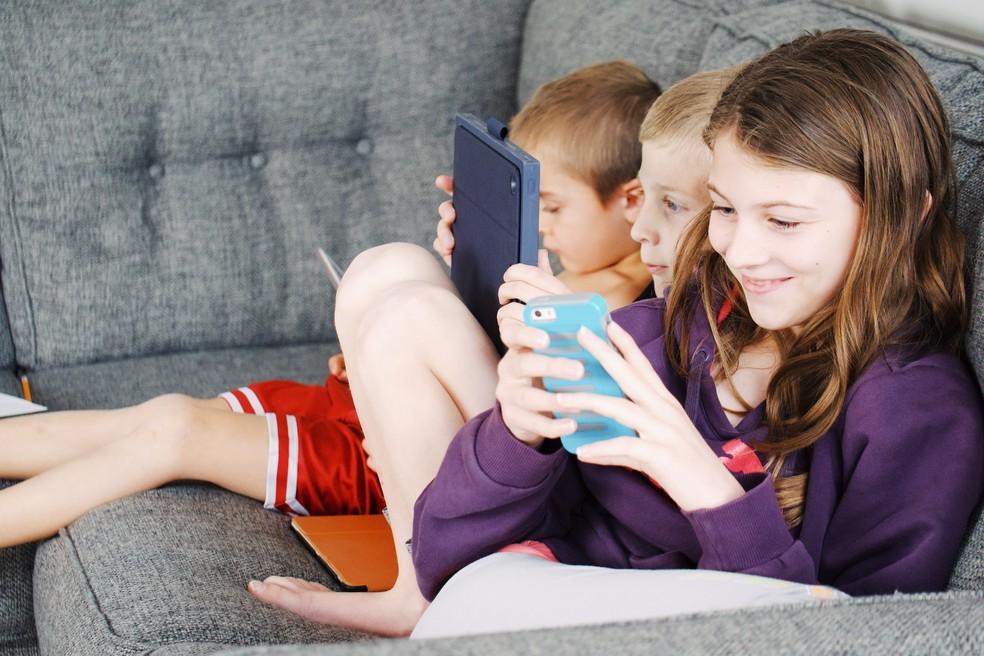 É praticamente impossível vetar de vez o uso de eletrônicos, mas procure controlar esse acesso para evitar que crianças passem muito tempo sentadas — Foto: Pexels